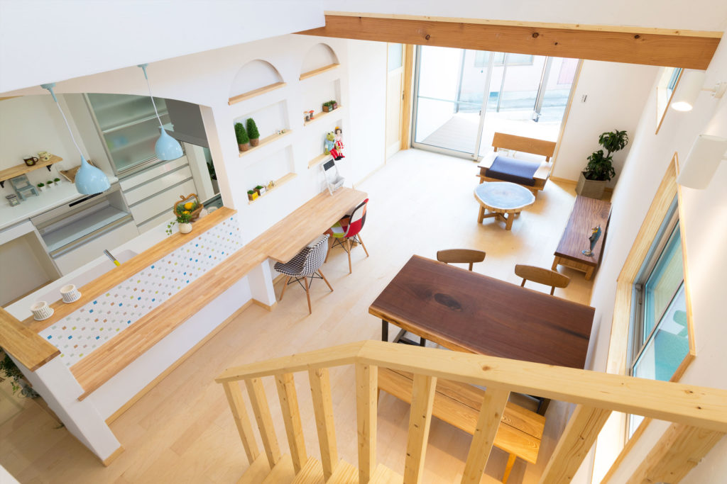ウッドデッキと吹き抜けがある明るい空間のお家