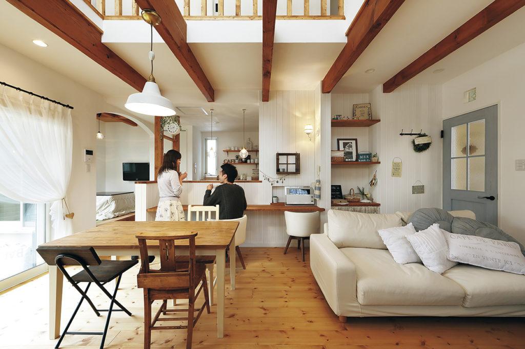 塗り壁と愛らしい洋瓦のお家