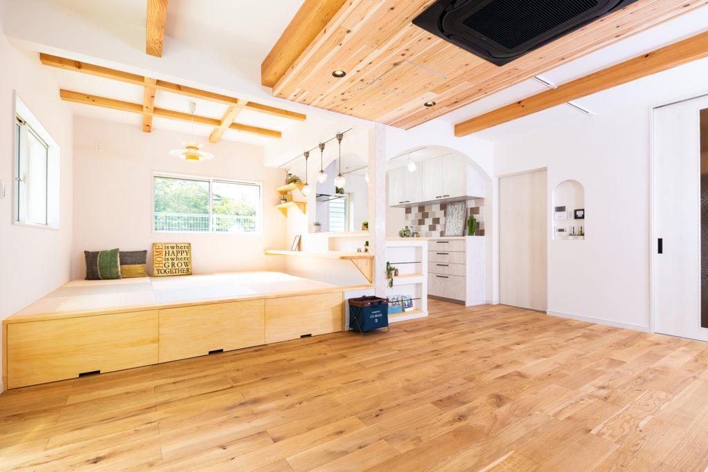 白い外観と可愛いロフトのお家