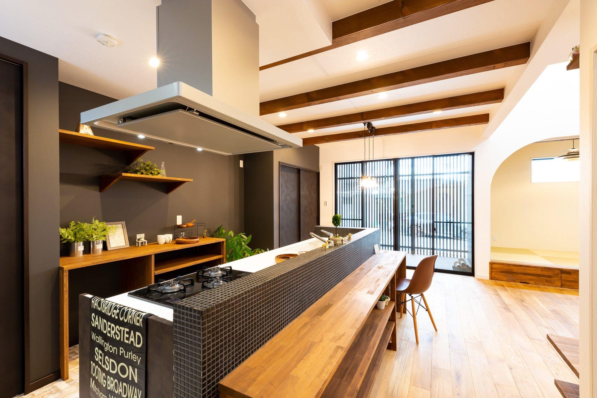 ビストロのようなタイル張りのキッチンのお家