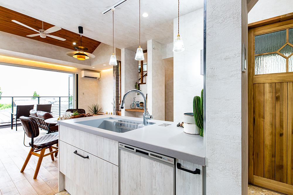 リビング一体型の広々オープンキッチンで料理のしやすい、ゆとり空間