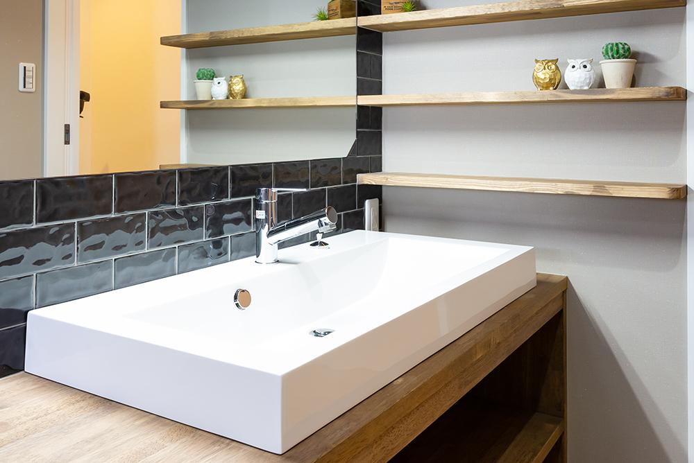 モダンな洗面台やおしゃれなクロークがかっこいい