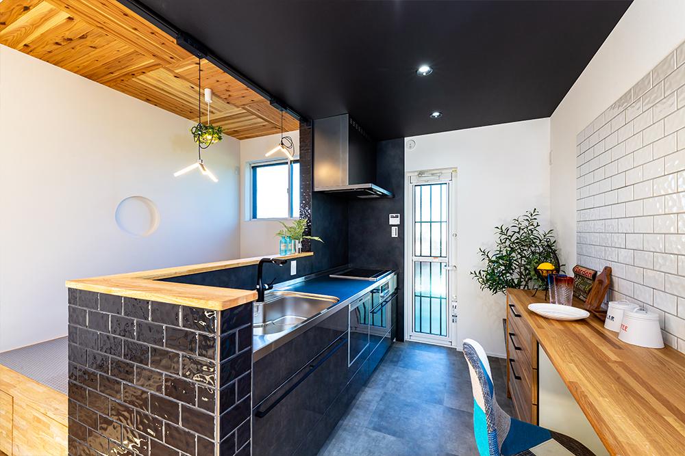 家族と会話しながら調理できちゃうシックなタイル張りのオープンキッチンのあるお家です!