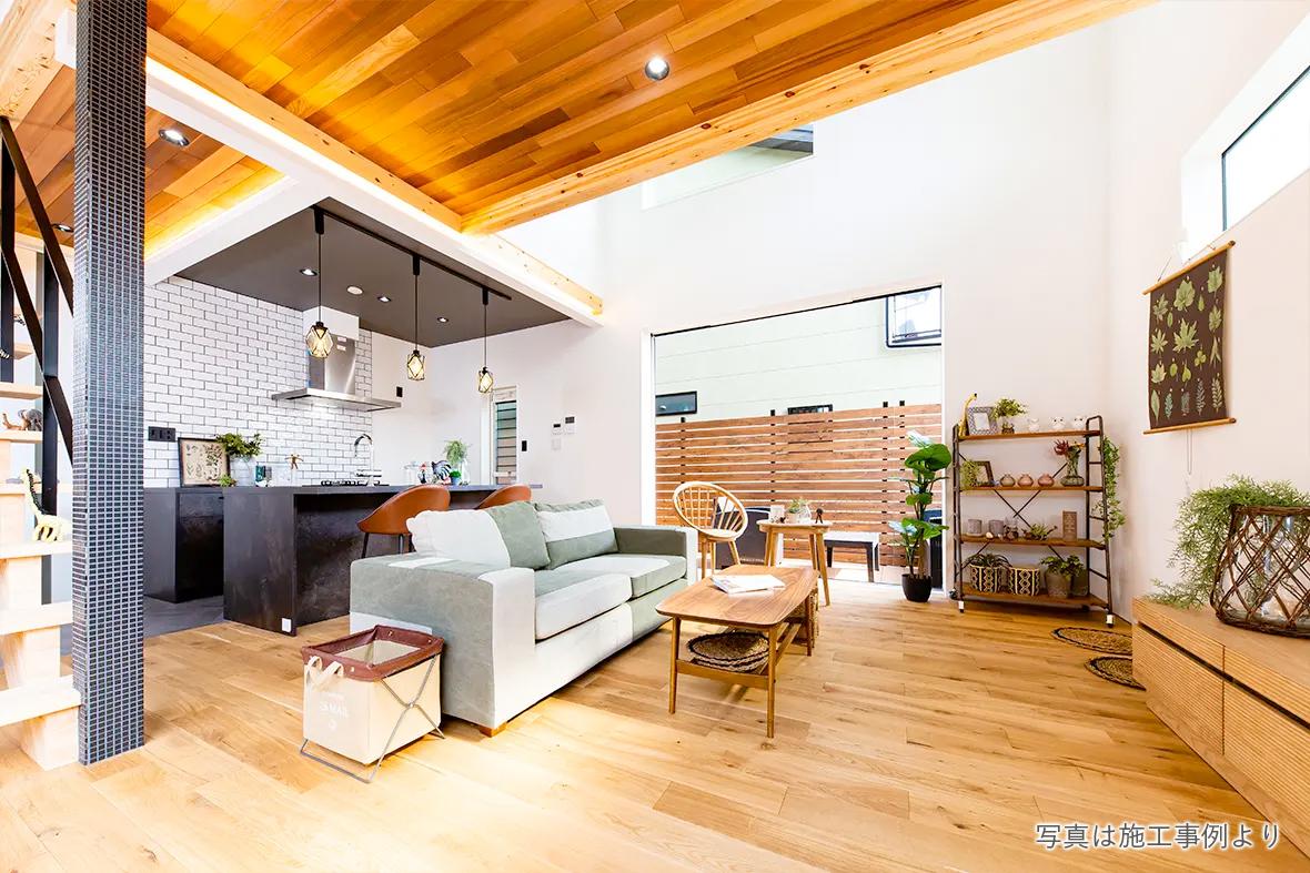 玄関やLDKの天井に天然木を貼って香りも楽しめる空間