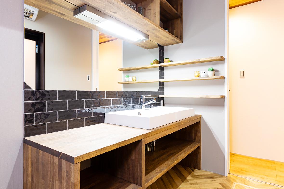 オシャレなタイルを使った洗面スペース