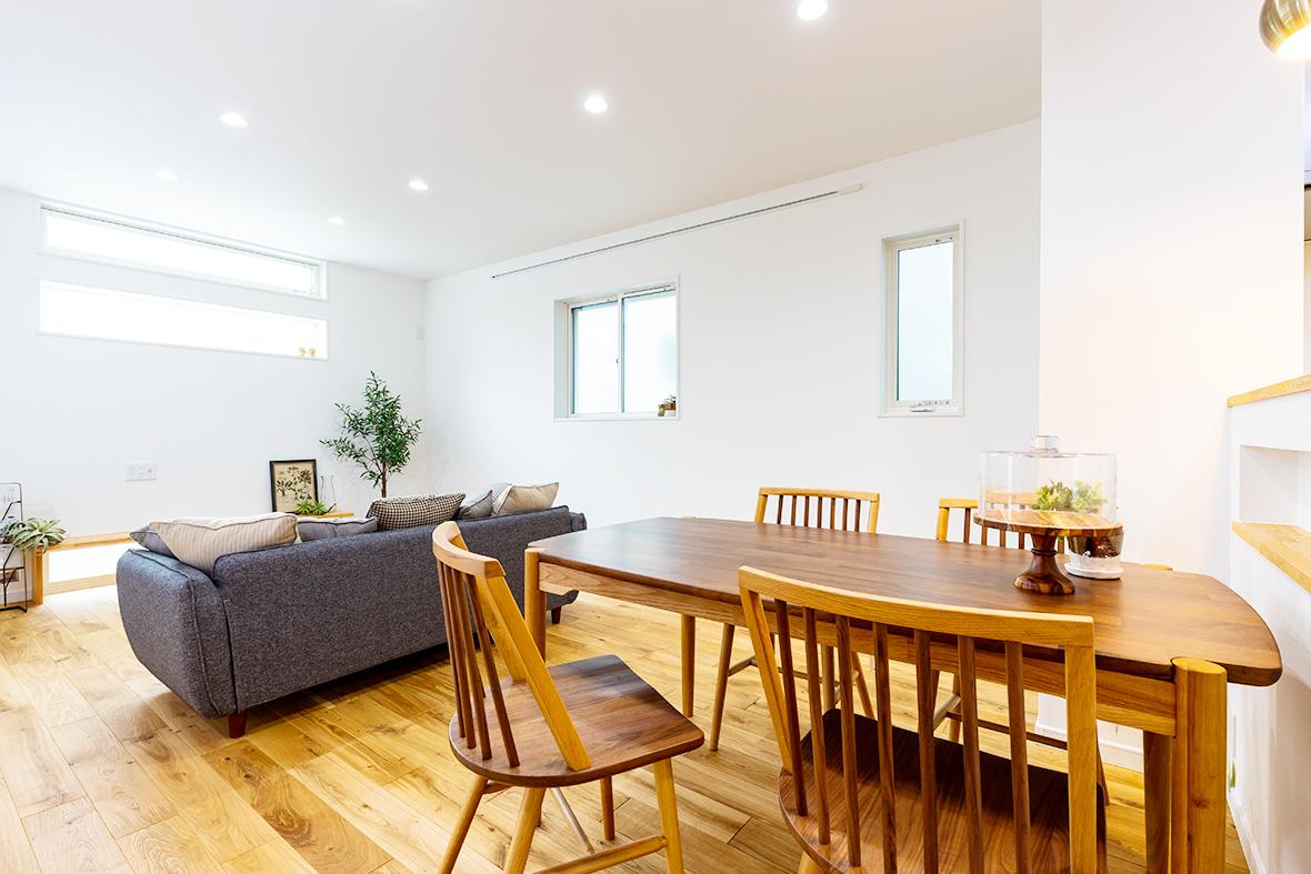 シンプルな白壁と木目のコントラストがかわいいお家です!