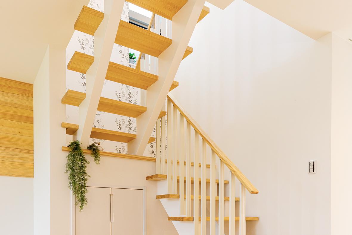 見た目のデザインもかわいい無垢階段のお家です!