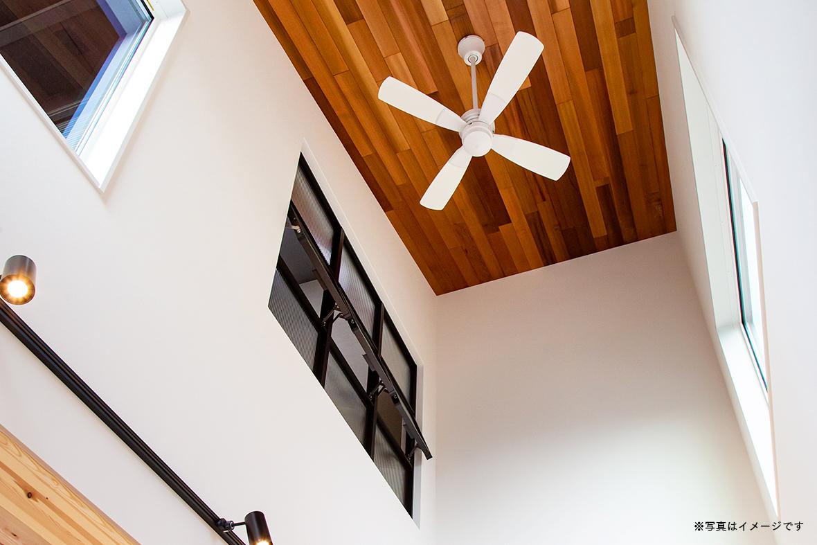 勾配天井で広々空間を実現